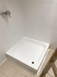 Dusche renovieren Duschwanne lackieren zweiter Anstrich