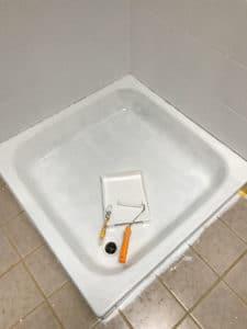 Dusche renovieren Duschwanne lackieren erster Anstrich